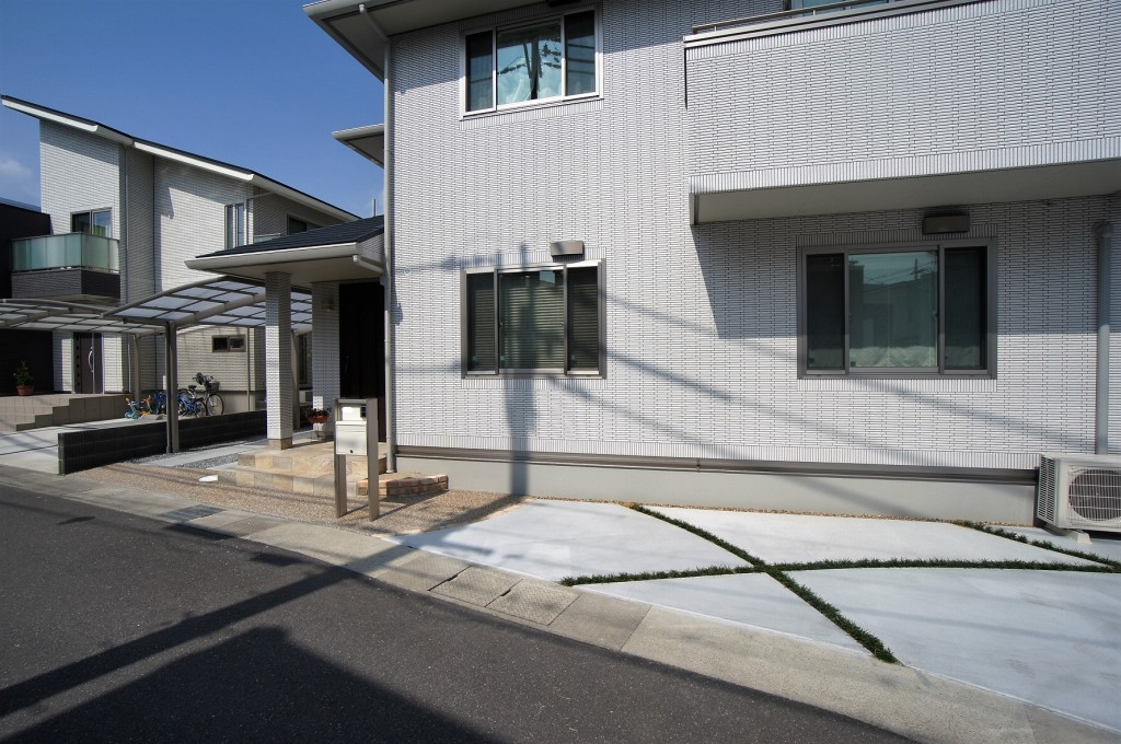 京都府亀岡市 軽やかなスリット入りガレージ
